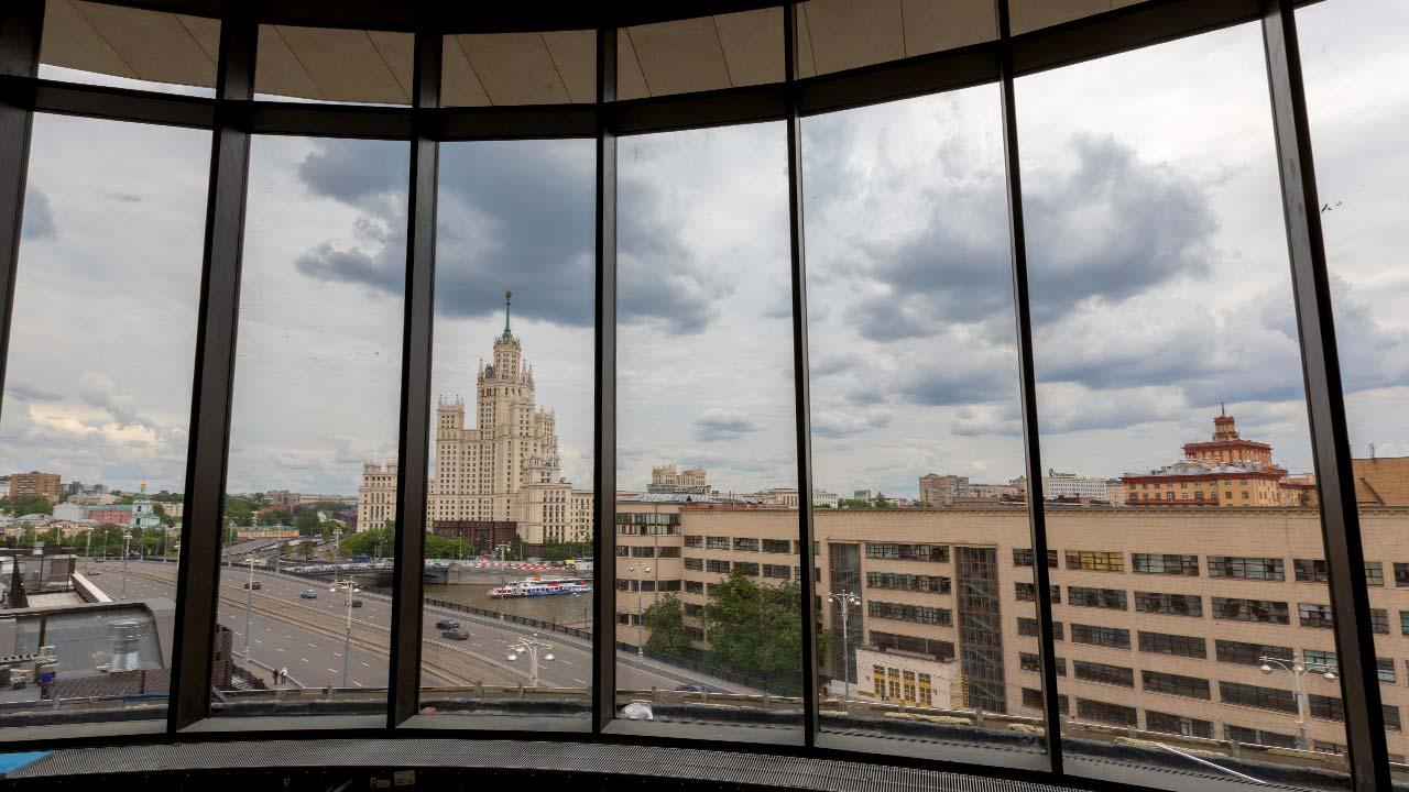 Baltschug BH-18, Moskau: Blick auf Russische Zentralbank vom Dachgeschoss
